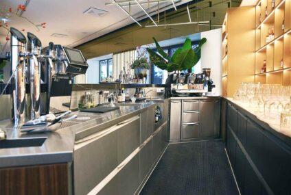 Мебель из нержавеющей стали: индивидуальное решение для пищевой промышленности